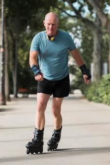 Homem em tiro completo usando patins