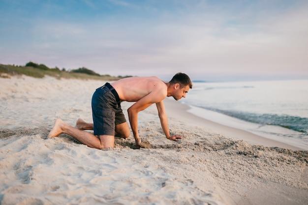 Homem em topless na cava de praia
