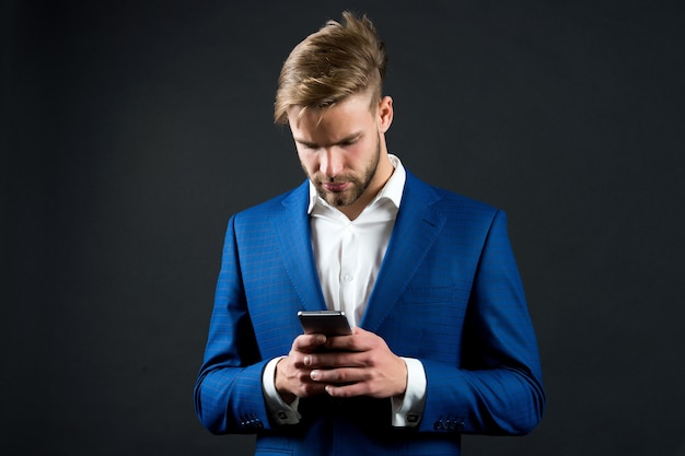 Homem em traje formal com telefone celular moda de empresário ou ceo comunicação empresarial