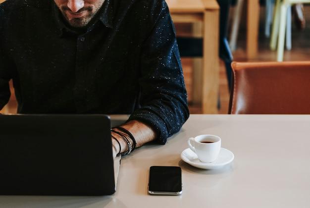 Homem, em, um, café, trabalhando