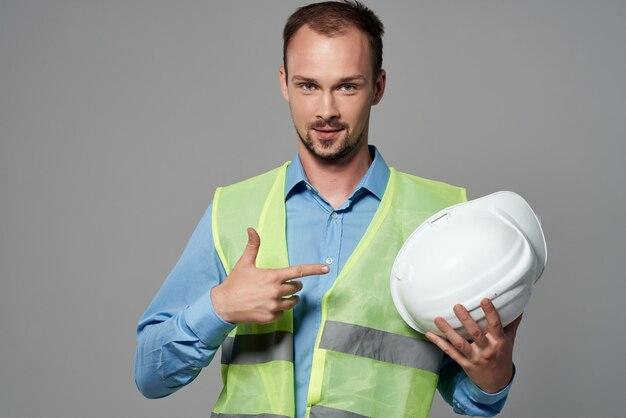 Homem em um capacete branco engenheiro de fundo de segurança isolado