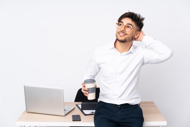 Homem em um escritório isolado no branco pensando em uma ideia