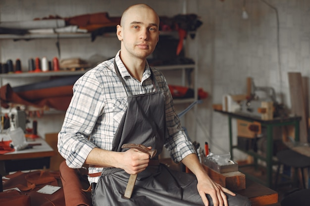 Homem em um estúdio cria artigos de couro