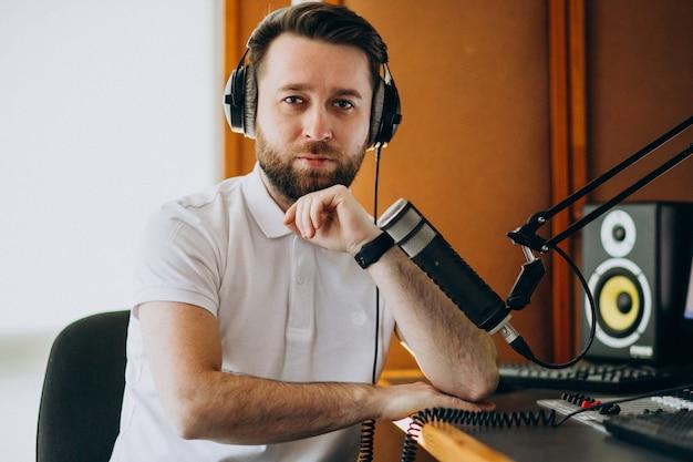 Homem em um estúdio de gravação, produção musical