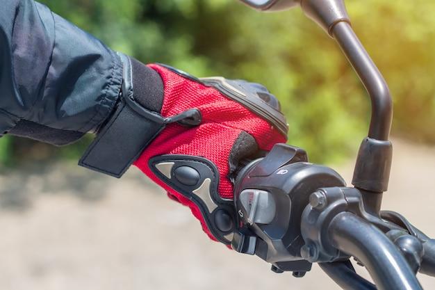 Homem, em, um, motocicleta, com, luvas roupas protetoras, para, motociclismo, controle acelerador