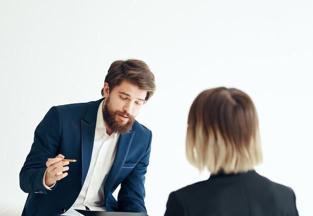 Homem em um terno clássico conversando com uma psicóloga