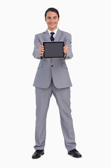 Homem em um terno mostrando uma tela de tabuleta tátil