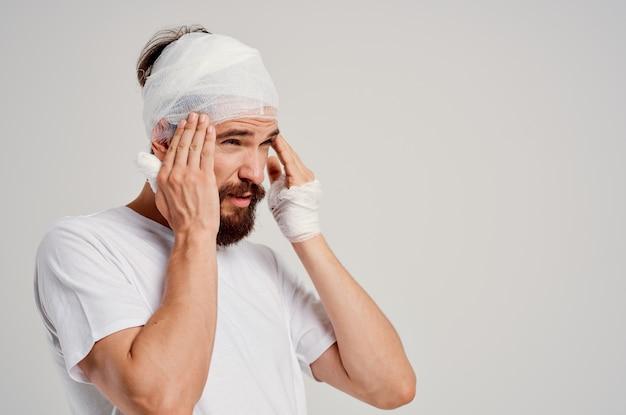 Homem em um tratamento de diagnóstico de saúde de trauma de t-shirt branca. foto de alta qualidade