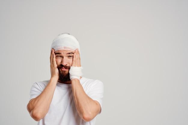 Homem em uma camiseta branca trauma tratamento diagnóstico de saúde