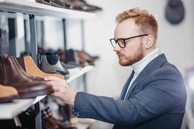 Homem em uma loja de sapatos compra sapatos