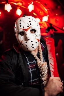 Homem em uma máscara branca caseira jackson no halloween