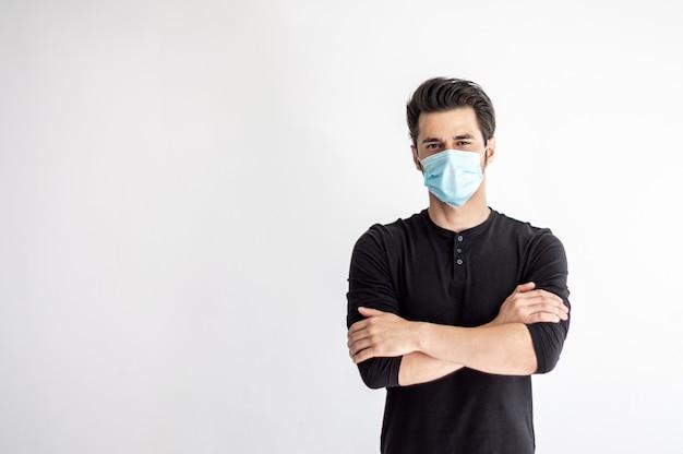 Homem em uma máscara médica