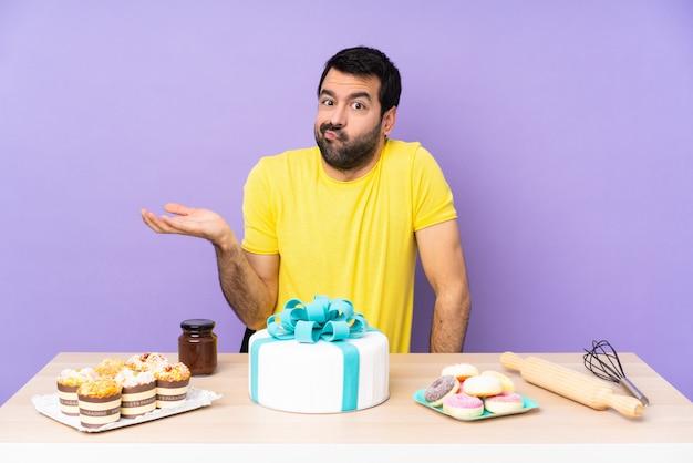 Homem em uma mesa com um bolo grande infeliz por não entender algo