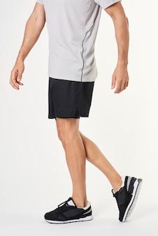 Homem em uma roupa esportiva cinza