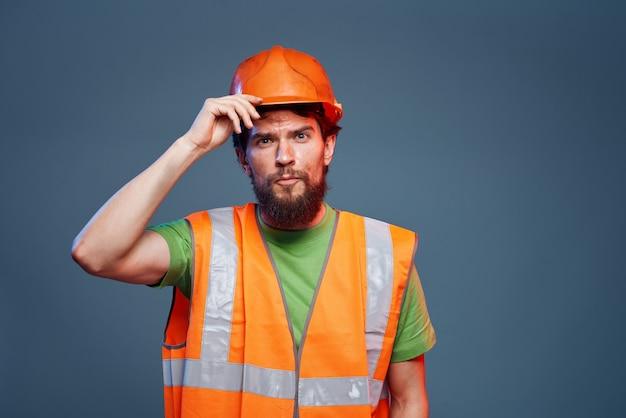 Homem em uniforme de trabalho para profissionais de construção