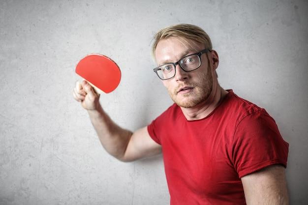 Homem, em, vermelho, t-shirt, com, um, pingue-pongue, raquete