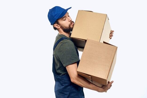 Homem em vestuário de trabalho com caixas