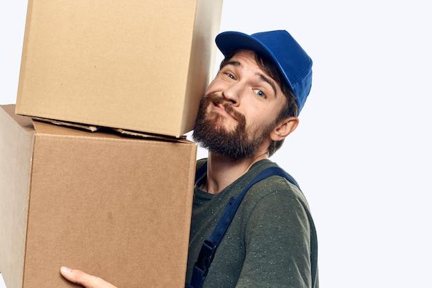 Homem em vestuário de trabalho, entrega de encomendas, coisas, produtos