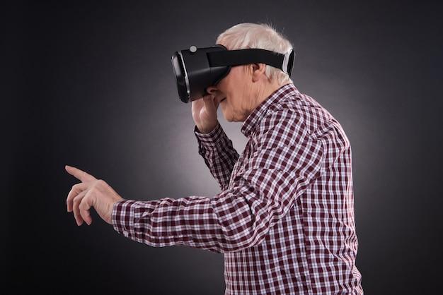 Homem, em, virtual, realidade, óculos, isolado