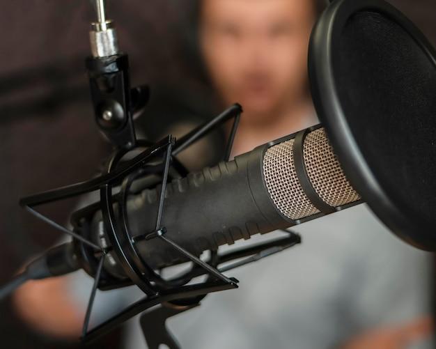 Homem embaçado com close-up do equipamento de rádio