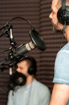 Homem embaçado em close-up na estação de rádio