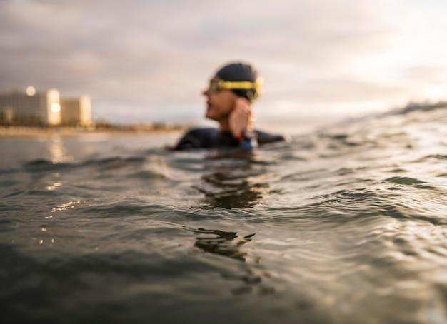 Homem embaçado na água com óculos de proteção