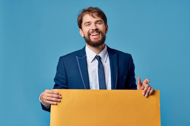 Homem emocional anunciando apresentação de banner amarelo com fundo azul