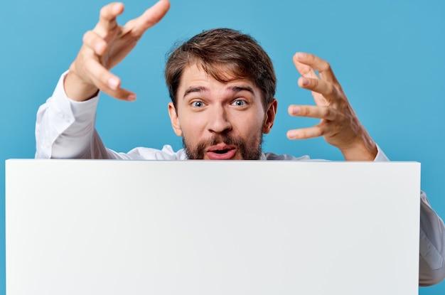 Homem emocional anunciando apresentação de banner branco com fundo azul