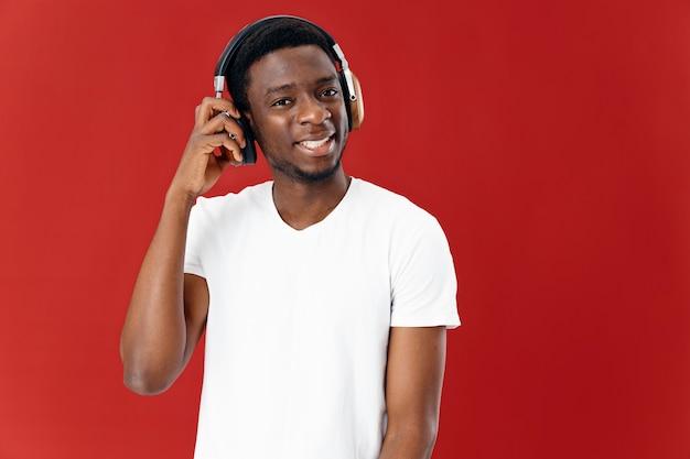 Homem emocional aparência africana fone de ouvido tecnologia música estilo moderno. foto de alta qualidade