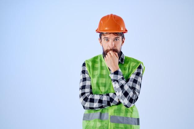 Homem emocional colete verde laranja capacete fluxo de trabalho estúdio de gestos com as mãos