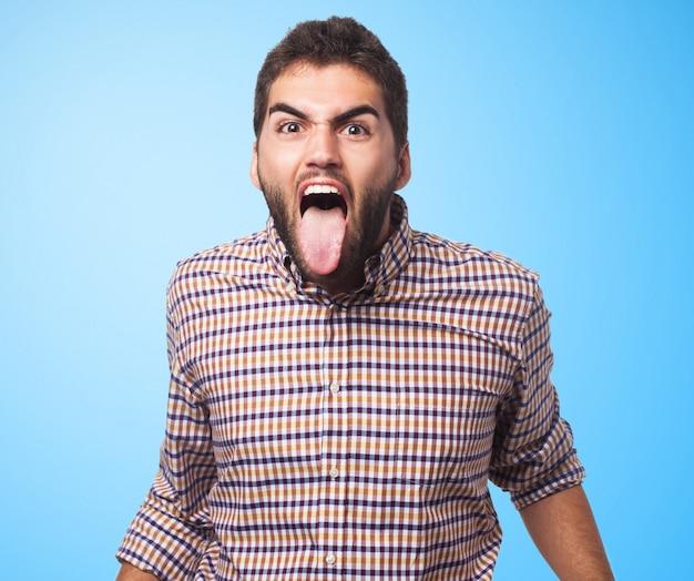 Homem emocional com a língua para fora