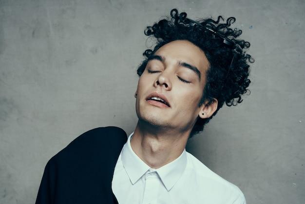 Homem emocional com cabelo encaracolado adolescente clássico terno óculos de sol modelo de camisa