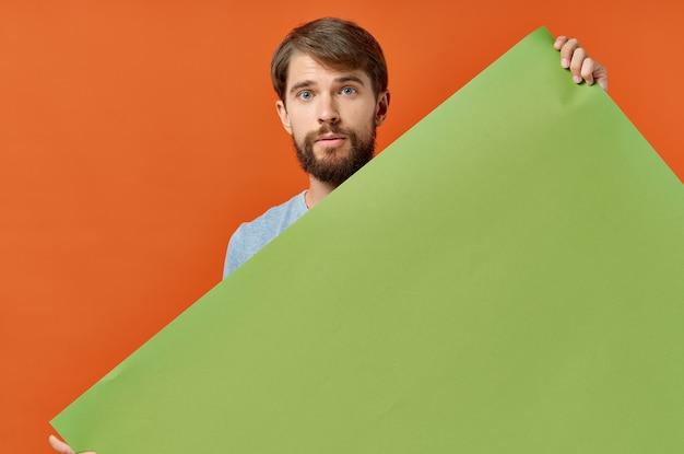 Homem emocional com papoula em suas mãos, modelo de quadro indicador de publicidade.