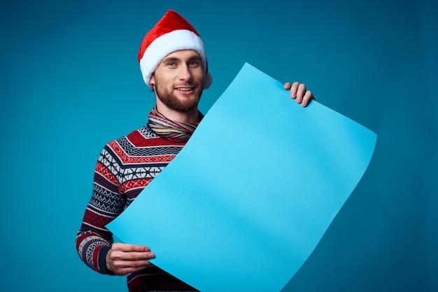 Homem emocional com roupas de ano novo, publicidade, cópia, espaço, fundo azul