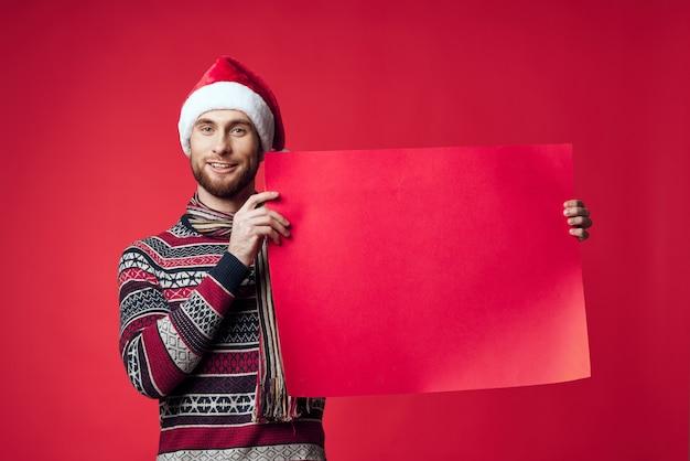 Homem emocional com roupas de ano novo, publicidade cópia espaço fundo vermelho
