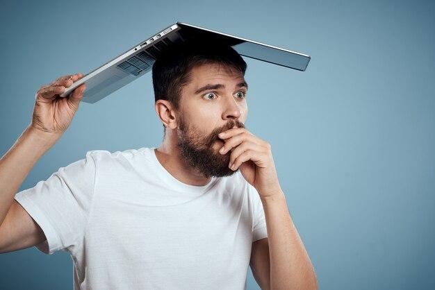 Homem emocional com um laptop aberto acima da cabeça