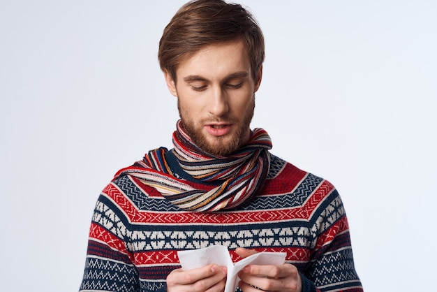 Homem emocional com um lenço, problemas de saúde, sintomas de gripe, fundo isolado