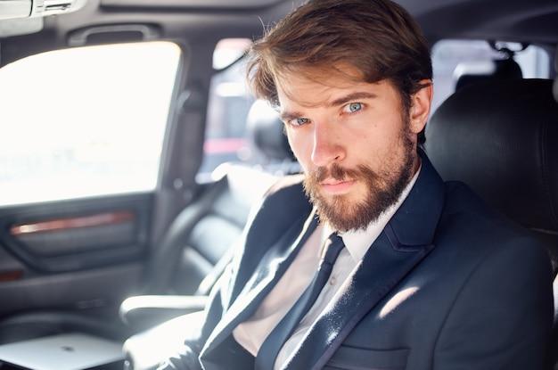 Homem emocional de terno em um carro, uma viagem para trabalhar a autoconfiança. foto de alta qualidade