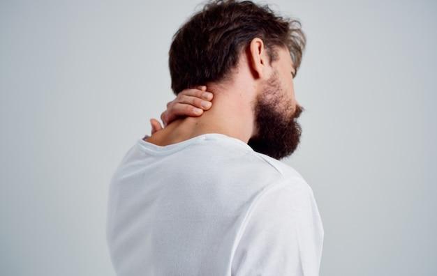 Homem emocional, dor no pescoço, problemas de saúde, massagem, terapia, fundo, isolado