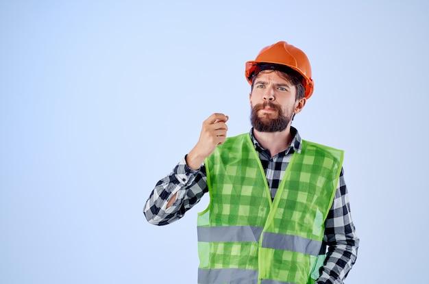 Homem emocional em fundo isolado profissional de construção laranja capacete. foto de alta qualidade