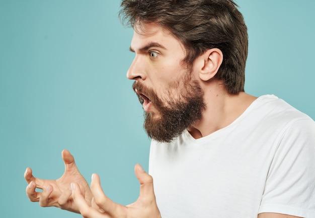 Homem emocional em uma camiseta branca estilo de vida sério