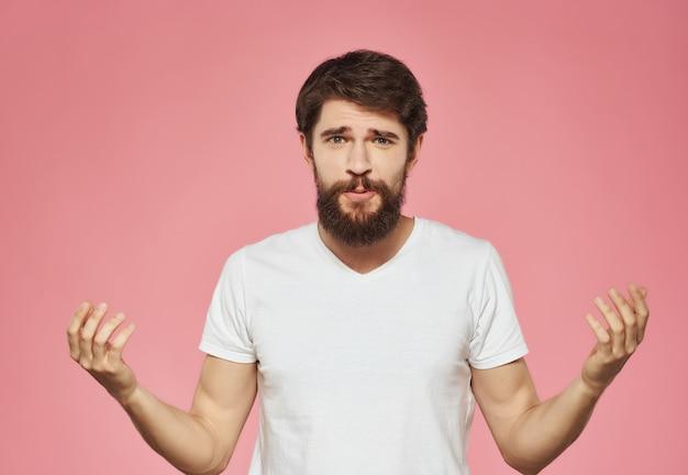 Homem emocional em uma camiseta branca irritado com expressão facial close up