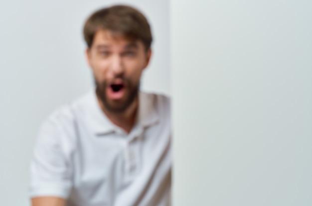 Homem emocional em uma camiseta branca maquete de pôster com desconto anunciando o estúdio copyspace