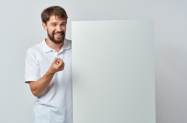 Homem emocional em uma camiseta branca mocap pôster com desconto anunciando o fundo branco
