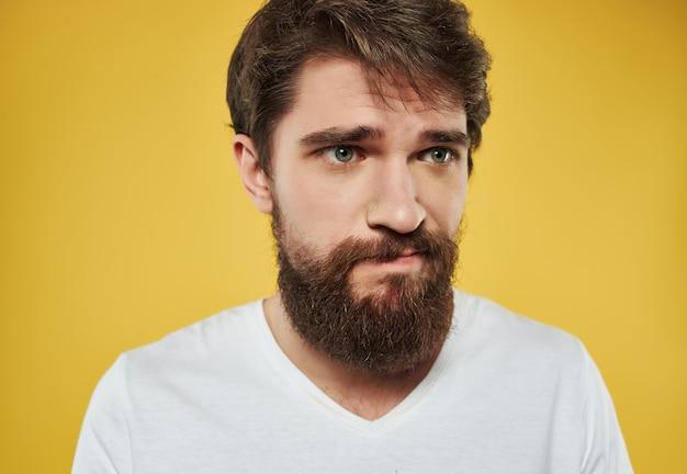 Homem emocional em uma t-shirt branca close-up de expressão facial irritado. foto de alta qualidade