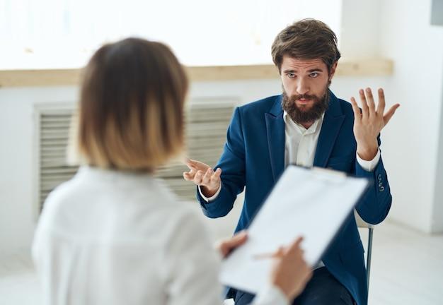 Homem emocional falando com psicólogo, consulta profissional, diagnóstico do paciente