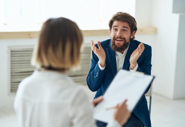 Homem emocional se comunicando com psicólogo debate sobre terapia de estresse