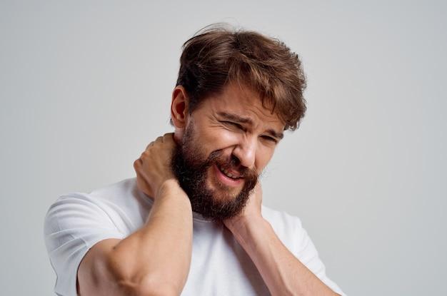 Homem emocional segurando artrite no pescoço, problemas de saúde, estúdio de tratamento
