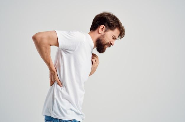 Homem emocional segurando artrite, problemas de saúde, luz de fundo