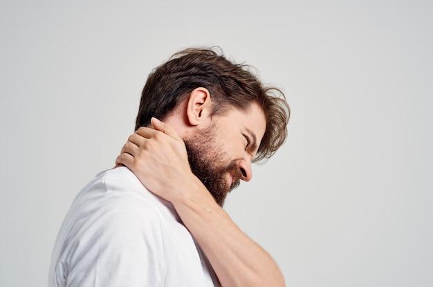 Homem emocional segurando fundo isolado de problemas de saúde de artrite no pescoço